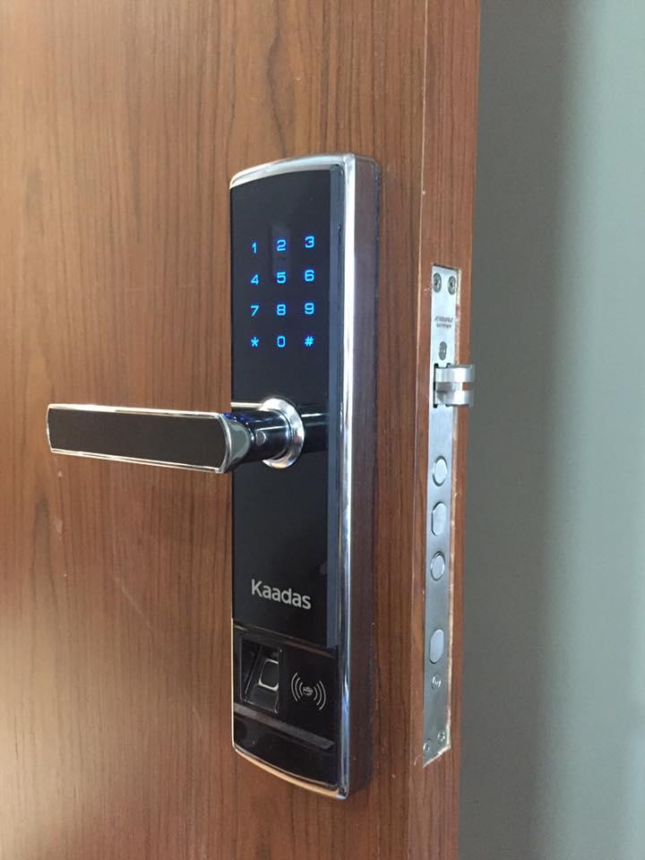Công trình lắp khóa vân tay cửa gỗ