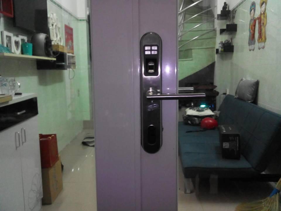 Lắp khóa cửa vân tay cửa nhôm kính