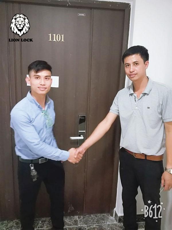 Lắp khóa cửa gỗ vân tay chuyên nghiệp