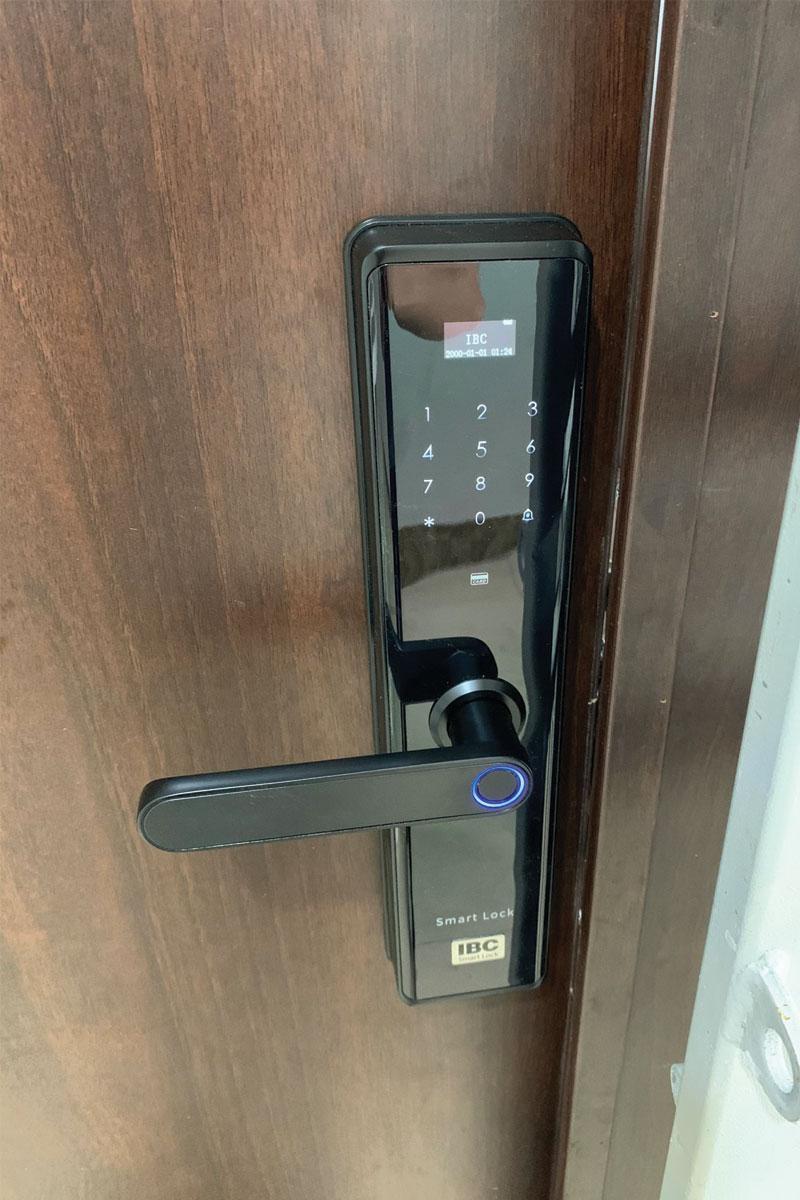 công trình thực tế IBC X9 lắp cửa thép vân gỗ chung cư