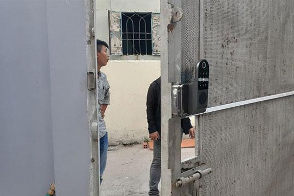 Lắp khóa cổng sắt IBC Tại TP HCM