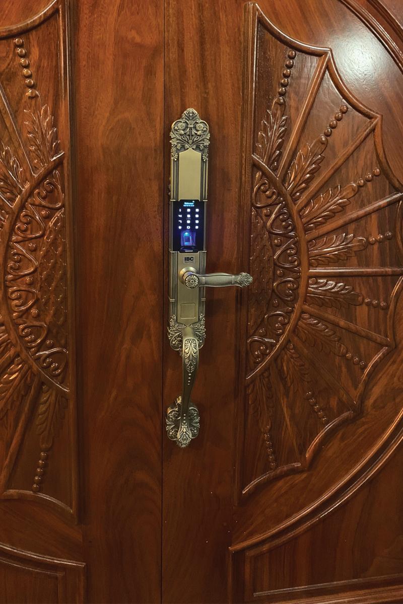 Khóa tân cổ điển lắp cửa gỗ